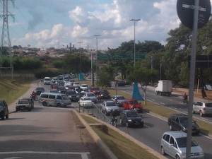 Trânsito na av. Dom Aguirre ficou congestionado (Foto: Adriane Souza/G1)