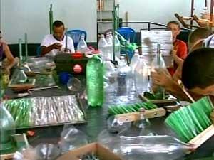 Detentos trabalhando na fábrica (Foto: Reprodução/TV Integração)