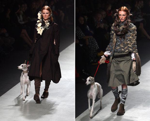 Modelos desfilam com cão nesta quinta-feira (22) durante a apresentação da coleção da estilista lituana Ramune Strazdaite em Vilna nesta quinta-feira (22) (Foto: Petras Malukas/AFP)
