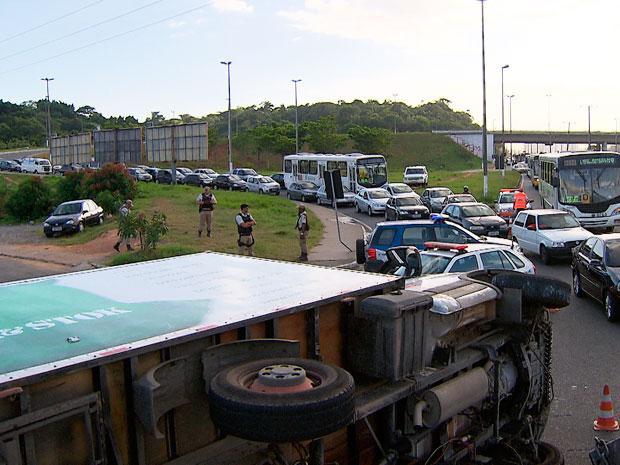 Caminhão tomba na Avenida Paralela (Foto: Imagem/TV Bahia)