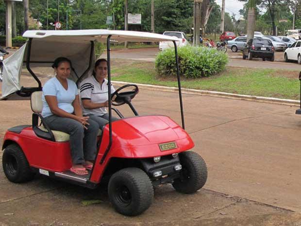 Empregadas domésticas e donas de casa usam os carrinhos pelo bairro (Foto: Gabriela Gasparin/G1)
