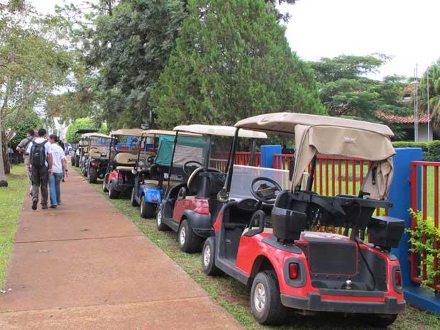 Fila de carrinhos de golfe em bairro de Ciudad del Leste (Foto: Gabriela Gasparin/G1)