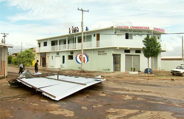 Ventania destelha centro comercial de Campinas (Foto: Reprodução EPTV)
