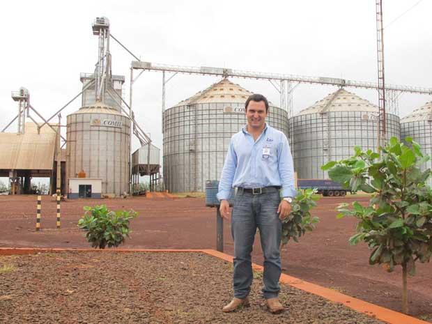 O agrônomo Clever na frente da unidade da cooperativa Lar, onde são entregues os grãos. (Foto: Gabriela Gasparin/G1)