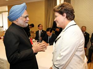 Dilma Rousseff conversa com o primeiro-ministro da Índia, Manmohan Singh, durante reunião com líderes do Brics, em novembro, na França (Foto: Roberto Stuckert Filho/PR)
