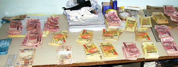 Dinheiro recuperado após roubo em banco em MT (Foto: Divulgação/Polícia Militar)