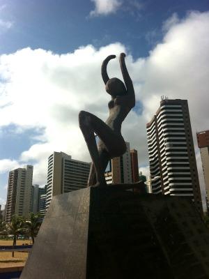 Após ação de vândalos, estátua está sem as mãos e o arco (Foto: Luana Borba / TV Verdes Mares)