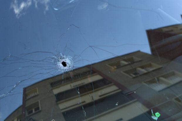 Buraco de bala é visto no para-brisa de um carro estacionado em frente ao apartamento de Mohamed Merah, onde ocorreu a ação policial (Foto: Thibault Camus/AP)