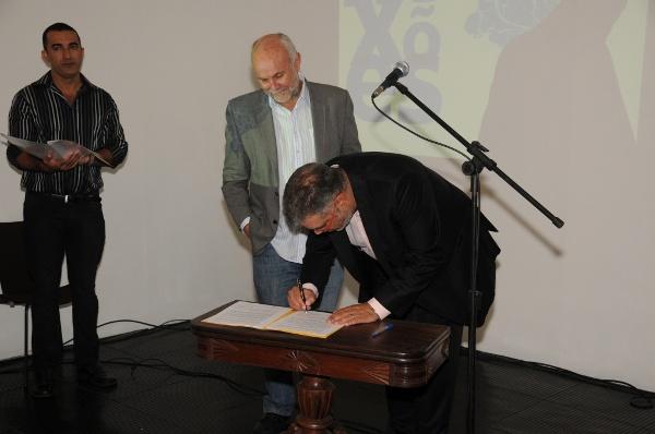 Assinatura do termo de coperação (Foto: Divulgação/Secult)