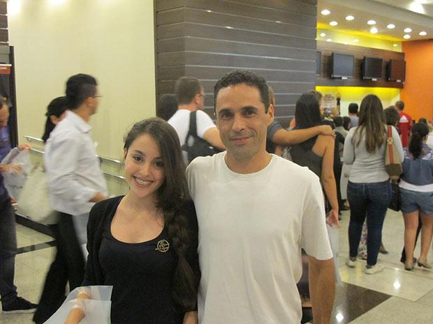 Acompanhada do pai, Lais Alves, 15, vestiu-se como Katniss, a protagonista do filme, para a pré-estreia de 'Jogos vorazes' em São Paulo (Foto: Cauê Muraro/G1)