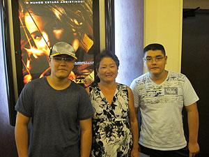 Mei Yue Chen, 57, e os filhos, os gêmeos Erik e Henrique, 16, na pré estreia de 'Jogos vorazes' em São Paulo (Foto: Cauê Muraro/G1)
