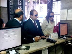 Diretor e o gerente da Locanty chegam à sede da PF (Foto: Janaína Carvalho / G1)