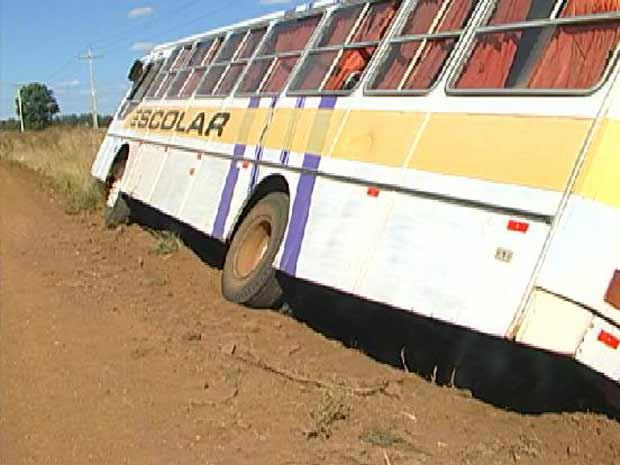 Veículo estava a 300 metros da escola quando perdeu uma roda, caiu em um buraco e virou de lado (Foto: Reprodução/RBS TV)