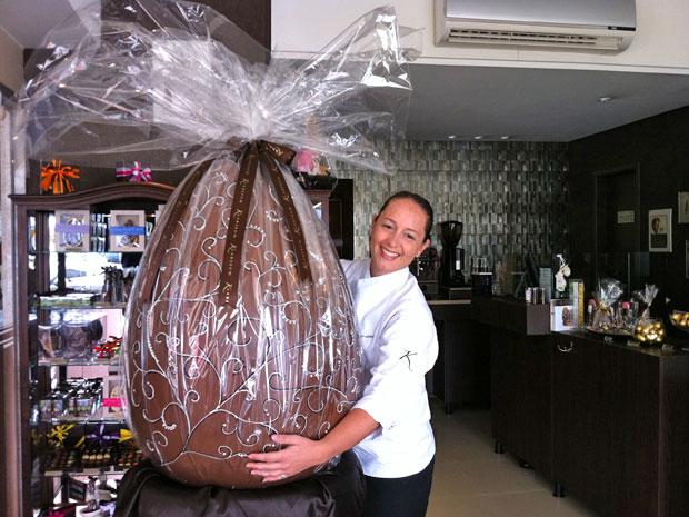 Chef abraça o ovo em exposição na loja, no Sudoeste, em Brasília   (Foto: Káthia Mello/G1)