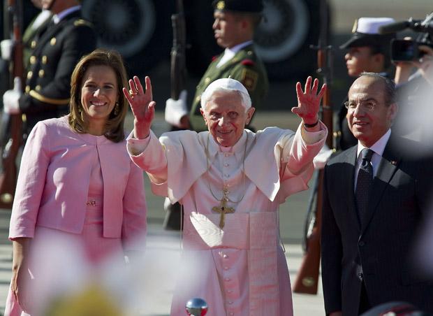 Bento XVI acena para fieis mexicanos ao lado do presidente Felipe Calderón e da primeira-dama Margarita Zavala (Foto: Ronaldo Schemidt / AFP)