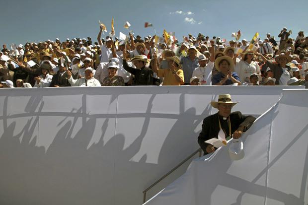 Fieis esperam pela chegada do Papa Bento XVI no aeroporto de Silao, no México, nesta sexta (23)  (Foto: Dario Lopez-Mills / AP)