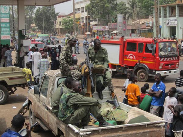Soldados fazem guarda nas ruas de Bamaco, no Mali, após o golpe militar que depôs o presidente Amadou Toure.  (Foto: AP Photo/Baba Ahmed)