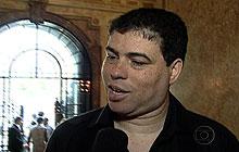 André Lucas, filho de Chico Anysio, fala sobre o pai no velório (Foto: Reprodução/TV Globo)