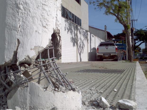 Após assaltar comerciante em Cariacica, na região metropolitana, criminoso só se entregou ao bater em  poste, em Vitória. (Foto: Vinícius Baptista/TV Gazeta)