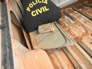 Droga estava na lateral de veículo de presidiário. (Foto: MT Notícias)