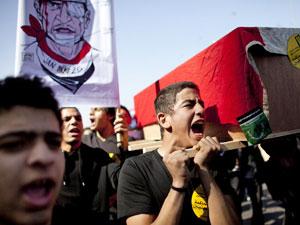 Jovem carrega caixão de vítima da violência em fevereiro (Foto: Getty Images)