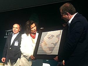 Bianca Jagger mostrou sua opinião contrária às usinas hidrelétricas (Foto: Carlos Eduardo Matos/G1 AM)