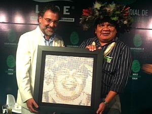 Líder foi presenteado com uma escultura de seu rosto  (Foto: Carlos Eduardo Matos/G1 AM)