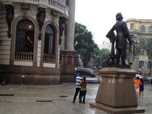 Dedivo à forte chuva que cai no Rio, frente do Theatro Municipal ficou vazia (Foto: Renata Soares / G1)