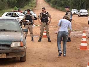 Duas vítimas foram mortas dentro de veículo (Foto: Reprodução/TV Integração)