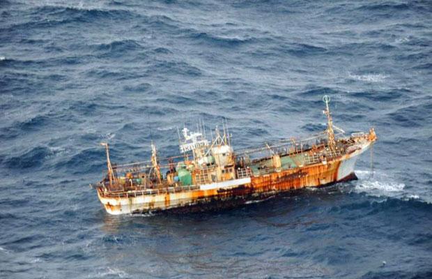 Barco pesqueiro japonês, que estava no Oceano Pacífico quando desapareceu após o tsunami de março de 2011, foi visto pela tripulação de um avião de patrulha rotineira no dia 20 de março na costa de Haida Gwaii, Canadá   (Foto: AP)