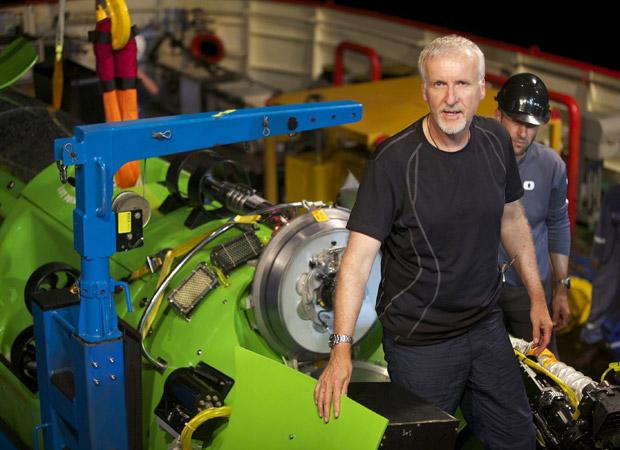 Foto de arquivo mostra James Cameron ao lado da DeepSea Challenger após testes do equipamento na Austrália (Foto: AP Photo/National Geographic, Mark Thiessen, Arquivo)