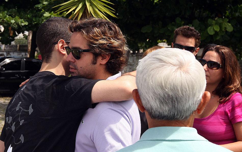 Bruno Mazzeo recebe abraço ao chegar para o funeral do pai, o humorista Chico Anysio.