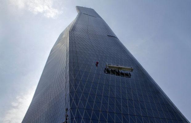 A Bakrie Tower tem 215 metros e 50 andares. O 'homem aranha' francês é conhecido por não usar nenhum equipamento de segurança, mas neste caso está com cordas e colete de segurança (Foto: Oscar Siagian/AFP)