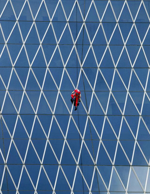 Alain Robert jáescalou a Sears Tower, em Chicago, a Torre Eifel, em Paris, a Sydney Opera House, na Austrália, entre outros prédios famosos pelo mundo (Foto: Supri/Reuters)