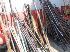 Material apreendido após briga de torcedores na Zona Norte de SP (Foto: Rafael Brito/Futura Press)