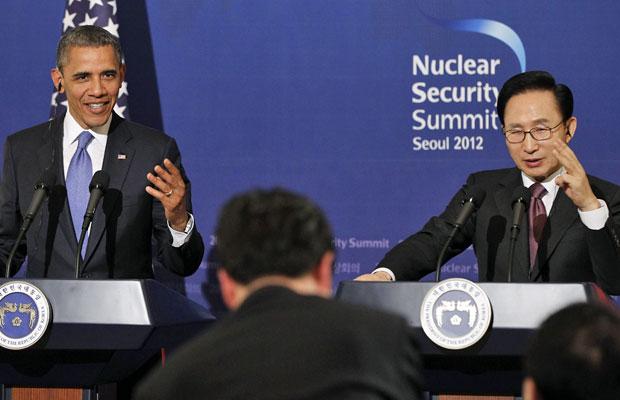 O presidente americano, Barack Obama, e o colega sul-coreano, Lee Myung-bak, respondem perguntas de jornalistas em Seul (Foto: Pablo Martinez Monsivais/AP)