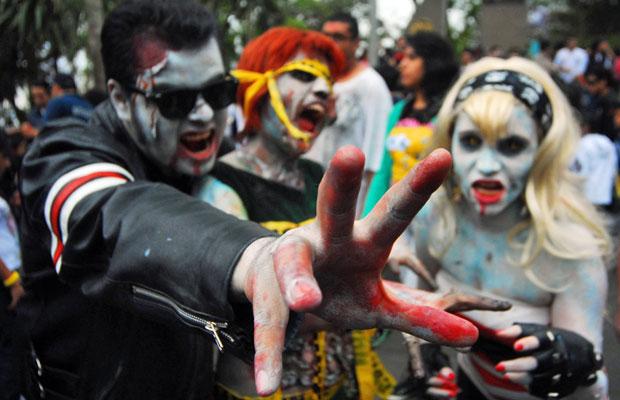 Pessoas vestidas de zumbis participam de marcha anual em Xalapa, no estado mexicano de Veracruz (Foto: Alberto Delgado/Reuters)