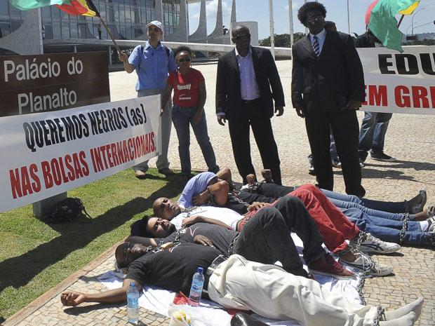 Grupo se acorrentou e anunciou que estava em greve de fome; eles protestam a favor da criação de cotas para negros em concursos e para bolsas no exterior (Foto: Antônio Cruz / Agência Brasil)