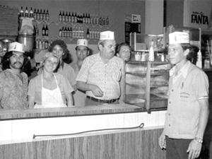 Equipe do bar em Bauru, em 1974 (Foto: Reprodução)