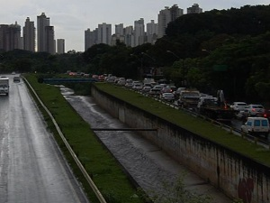 Caminhão atravessado na pista causa congestionamento na Marginal Botafogo, em Goiânia (Foto: Reprodução/TV Anhanguera)