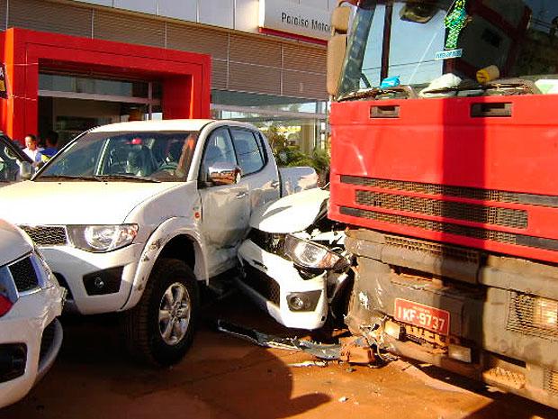 Carreta invadiu pátio da concessionária e atingiu seis caminhonetes de luxo na Bahia (Foto: Sigi Vilares/ Site Sigivilares.com.br)