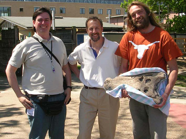 AEu (esquerda), Ray Barnet (Royal Vet College London) e Remmert Schouten (co-autor, Univ. de Bristol) no Royal Veterinary College London, quando fomos fazer a tomografia do espécime.  (Foto: Divulgação)