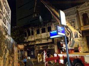 Incêndio em loja de instrumentos musiciais interditou Rua da Carioca (Foto: Renata Soares/ G1)