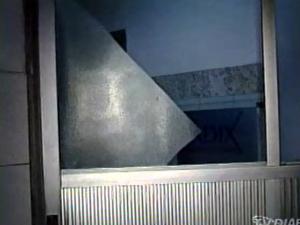 Portas do hospital foram quebradas por torcedores (Foto: TV Diário / Reprodução)