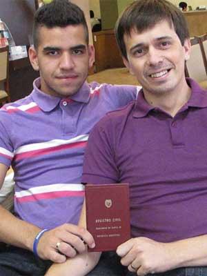 Cazal e López, com o registro do casamento celebrado na Argentina (Foto: Gabriela Gasparin/G1)