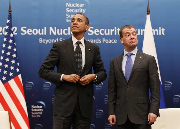 O presidente dos EUA, Barack Obama, e seu colega russo, Dimitri Medvedev, após encontro bilateral nesta segunda-feira (26) em Seul (Foto: AP)