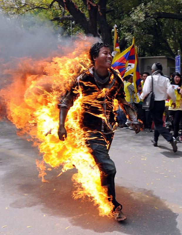 Janphel Yeshi colocou fogo no próprio corpo em protesto (Foto: AFP)