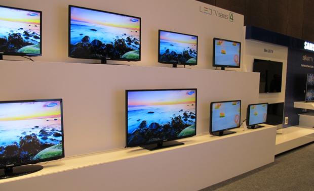 TVs da Samsung são exibidas nos corredores do fórum, em Lima. (Foto: Amanda Demetrio/G1)