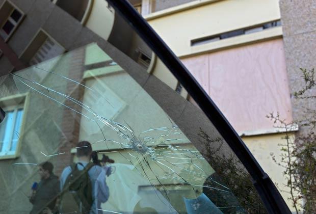 Buraco de bala em vidro de carro próximo ao local do tiroteio que matou Mohamed Merah é visto em 23 de março (Foto: Reuters)