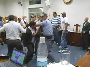 Sessão da Câmara termina em pancadaria em itatinga (Foto: Reprodução/ TV Tem)